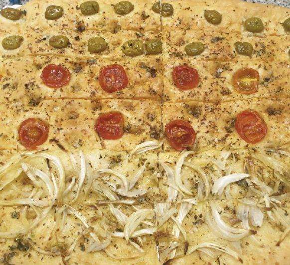 Pan de aceitunas, cebolla y tomates cherry
