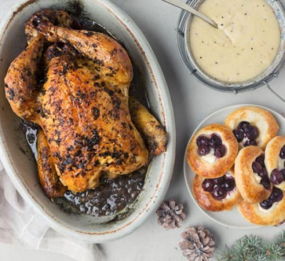 Como hacer pollo asado relleno, hojaldres de arándanos y puré trufado con Thermomix®