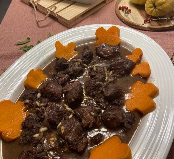 Carrilleras en salsa de oporto con chalotas y batatas
